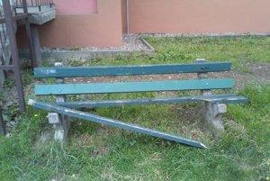zlomená lavička