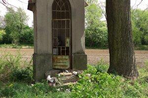 Vandali v Tužine zničili kaplnku