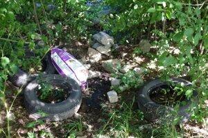 Odpad pri ceste v Sucanoch
