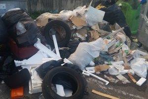 Stavebný odpad z prerábky bytu na parkovisku pri ZŠ v Radvani