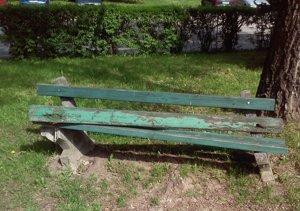 poškodená lavička
