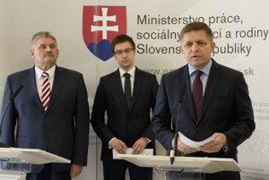 Labor Minister Ján Richter, ÚPSVaR head Marián Valentovič and PM Robert Fico, from left