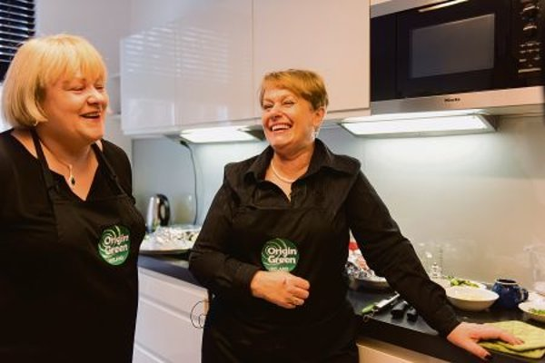Irish Ambassador Anne-Marie Callan (l) and Bróna Ní Mhuirí had fun when cooking together.