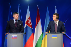 L-R: Slovak PM Robert Fico with his Ukrainian counterpart  Volodymyr Groysman during a joint statement.