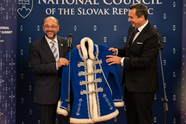 European Parliament President Martin Schulz (l) and Speaker of Slovak Parliament Martin Danko