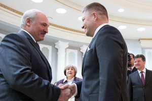 Belorussian President Alexander Lukashenko (L) with Slovak Prime Minister Robert Fico on November 25.