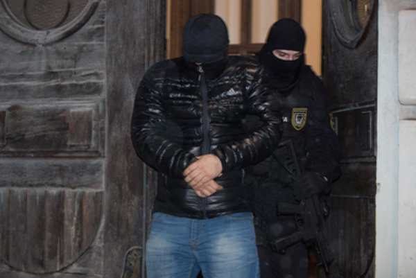 Members of the Takáčovci gang are brought to the Specialised Criminal Court.