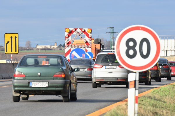 Speed is limited in the D1 highway section near Blatné (Senec area) due to construction works.