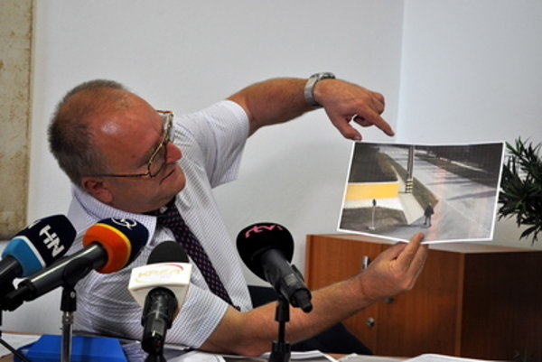 Lawyer Ján Foltán shows camera recordings of František Gaulieder's movements.