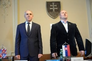 L-R: The new and the outgoing regional governors of Banská Bystrica, Ján Lunter and Marian Kotleba, respectively.