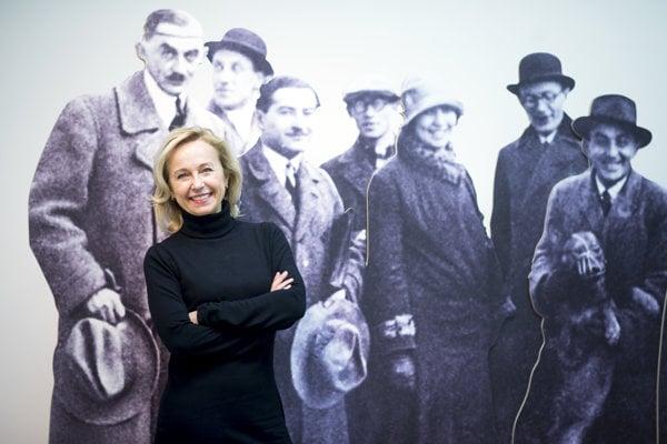 Henrieta Moravčíková in front of family photo of Weinwurm and Vécsei studio. Weinwurm is the man on the left.