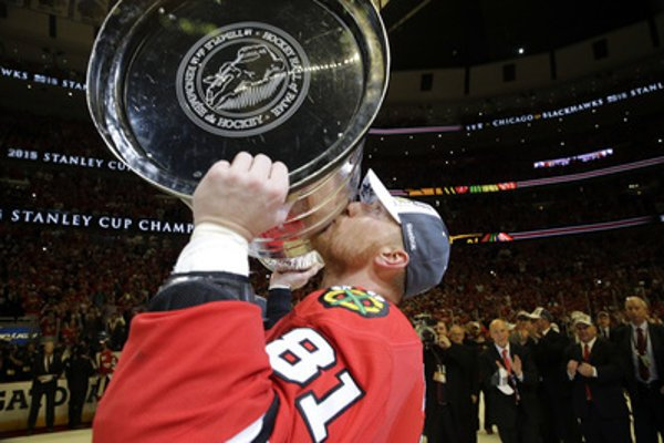 Marián Hossa kisses the Stanley Cup won by his Chicago Blackhawks team in June 2015.