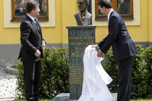 Unveiling Woodrow Wilson's bust May 18. L-R: Slovak FAm Miroslav Lajčák, US Ambassador to Bratislava, Adam Sterling.