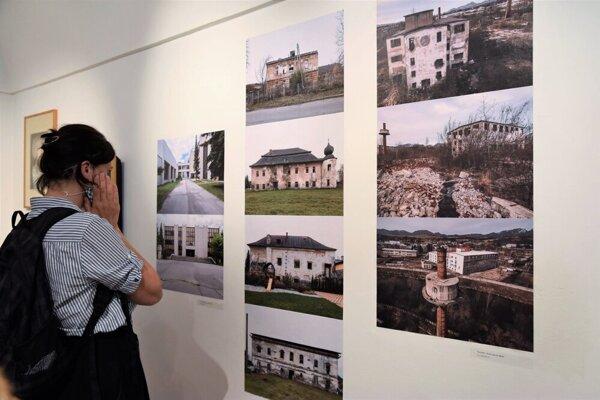 The exhibition, Mikuláš nejestwuje, curated by Slovak writer Michal Hvorecký recounts stories of the northern Slovakian town of Liptovský Mikuláš.