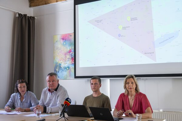 Members of the Za našu vodu organisation present their findings about the Poša sediment basin on August 25, 2020.