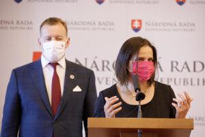 Boris Kollár (l) and Mária Kolíková (r) announce the changes to collusive custody.