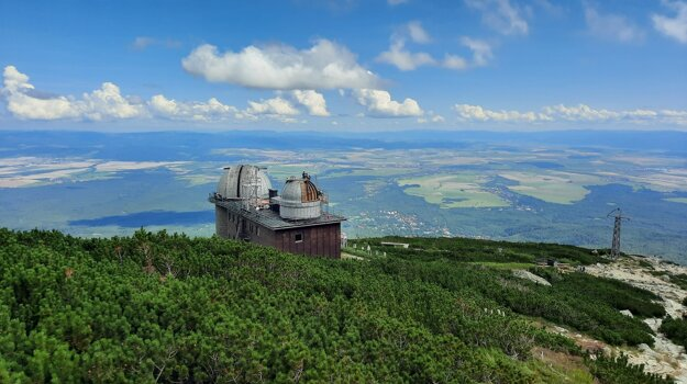The 1943 observatory by the Skalnaté pleso mountain lake in the Tatras has its roofs replaced. The roofing process will go on until summer 2022, with a break in wintertime.