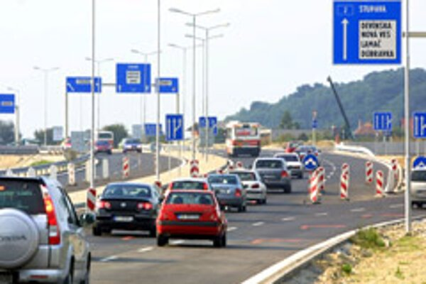 Toll collection should start in 2009 if no more complications emerge.