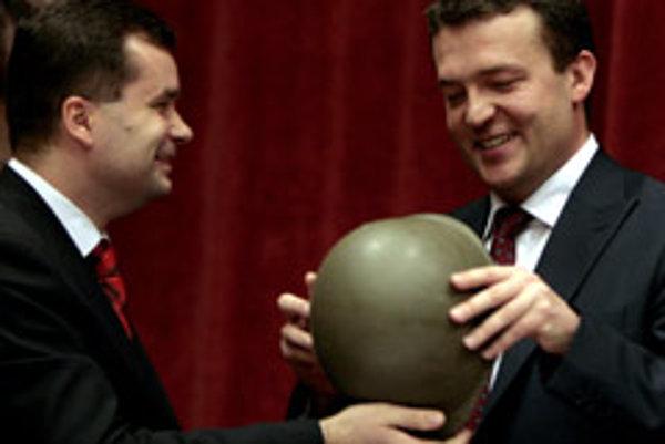 The outgoing defence minister František Kašický (left) gives over the job to his successor Jaroslav Baška.