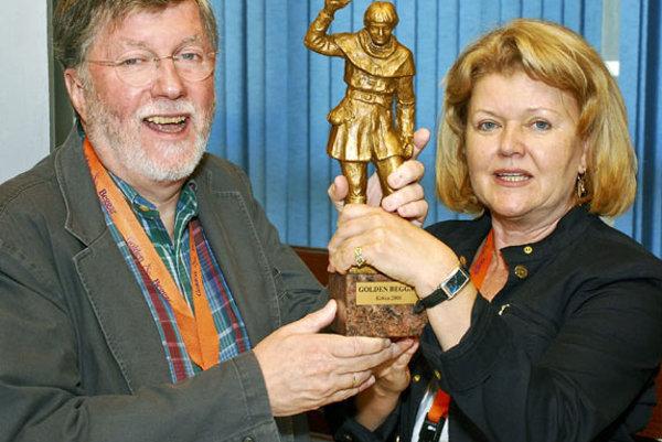 Ed Baumeister, chairman of the jury, and Eva Děkanovská, the festival's organiser, with a Golden Beggar statue.