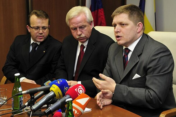 PM Robert Fico (first right) visited U.S. Steel Košice on March 7 and debated with company representatives, USSK president George F. Babcok (middle) and vicepresident Miroslav Kiraľvagra.