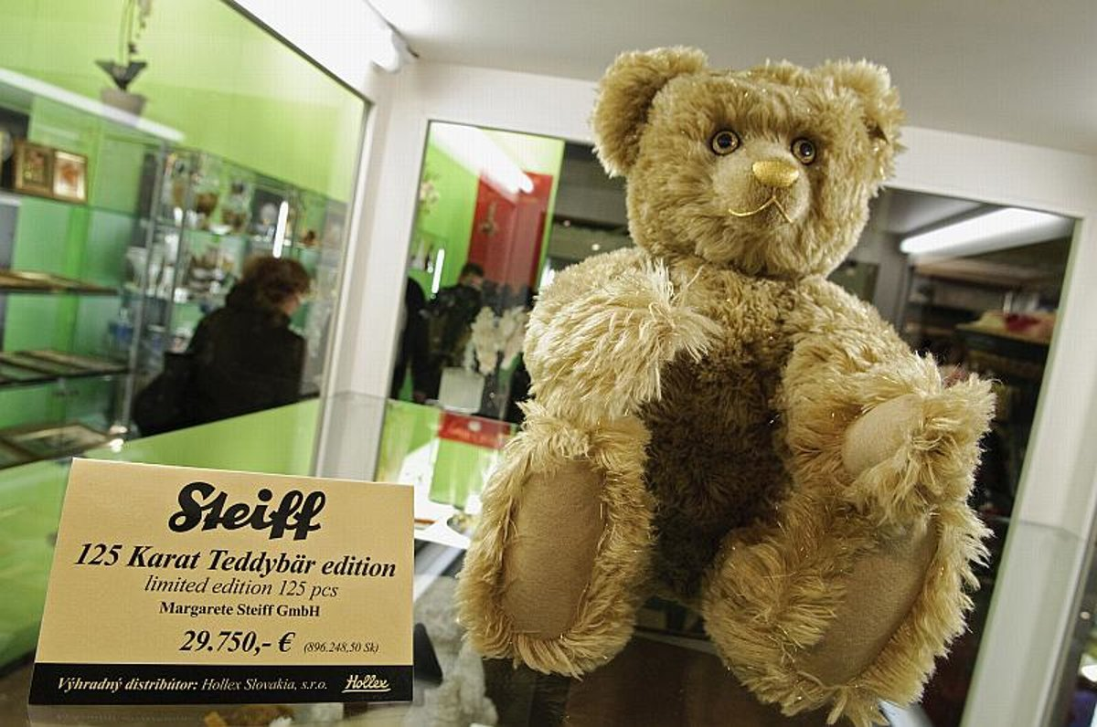 The limited edition teddy bear on display in Nitra.(Source: TASR)