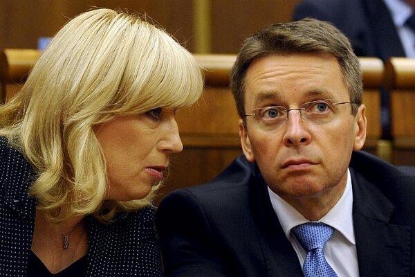 Radičová and Mikloš confer in parliament.