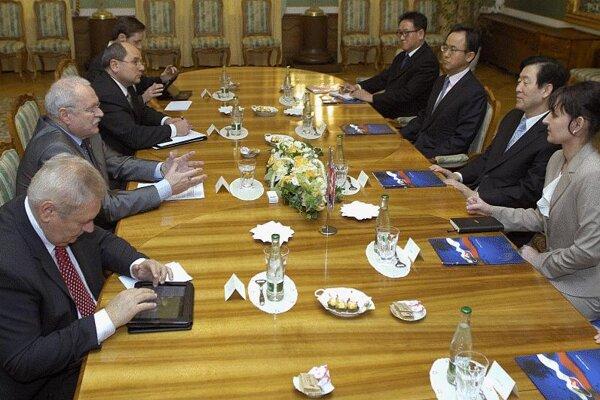 President Gašparovič meets Samsung executives.