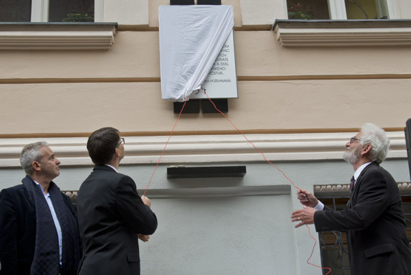 L-R Igor Rintel, president of the Central Association of Jewish Kahals in Slovakia, Culture Minister Marek Maďarič and Egon Gál unveil the memorial plaque of Aaron Grünhut, October 7.