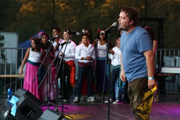 Singer form the Para band performs with children from Divé maky at summer Bashavel.