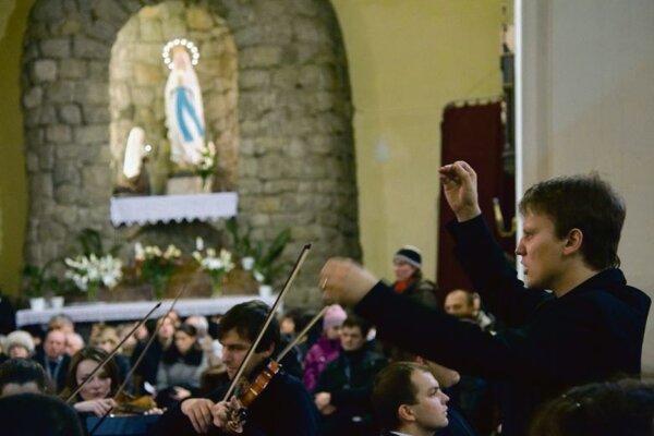 Kaprinay conducts Mozart's Requiem.