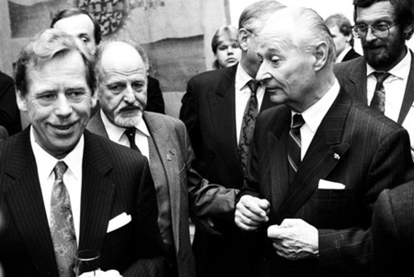 Dubček (R) with former Czecholsovak and Czech president Václav Havel.