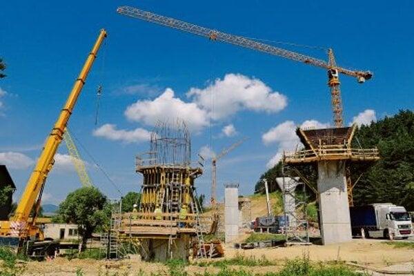 Public tenders are used to choose highway builders.
