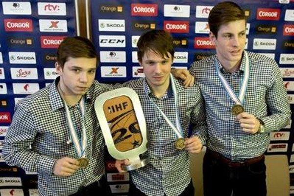 "Captain of the ""Under-20"" bronze-winning Slovak team  Martin Réway (L), goalie Denis Godla (C) and forward Peter Cehlárik show medals."
