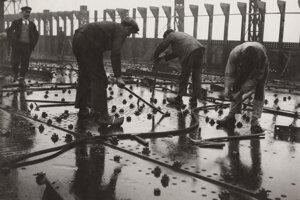François Kollar: Construction of the large liners, riveting the metal sheets on the deck of a ship, Saint-Nazaire shipyard, Penhoët. 1931 – 1932.