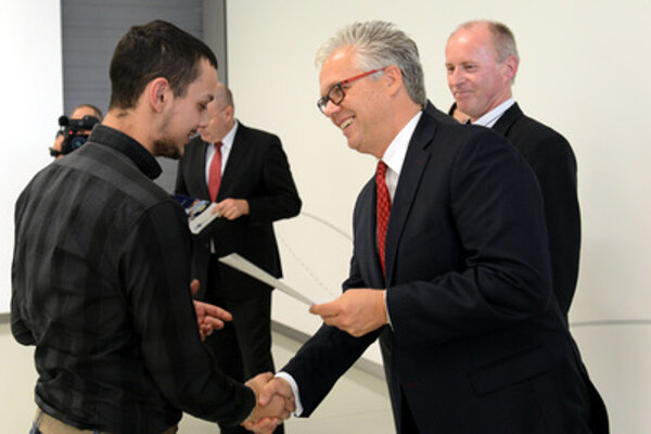 Graduation ceremony - Eric Reuting, a member of the VW SK board for personnel policies, gives certificate to Miklos Farkas.
