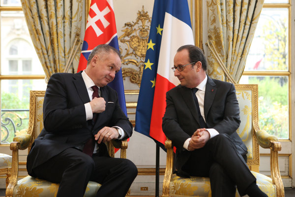 Slovak President Andrej Kiska (l) and his French counterpart Francois Hollande