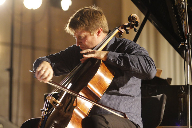 Jozef Lupták playing at the Konvergencie festival.