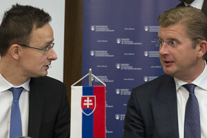 L-R: Hungarian Foreign Minister Péter Szijjártó and Slovak Economy Minister Peter Žiga signing agreement on cross-border electricity links, March 1.