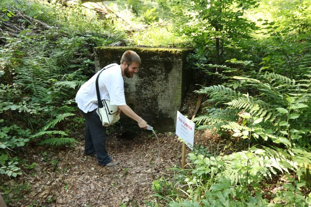 Ivor Švihran installed a table to the spring of the Small Vydrica last year.