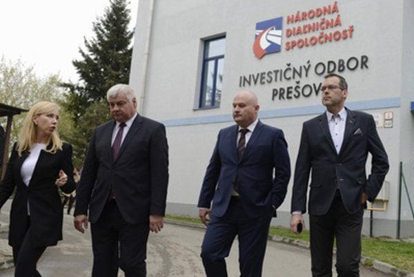 Signing the agrrement of Prešov highway section: Transport Minister Árpád Érsek (2L), NDS CEO Ján Ďurišin and Eurovia SK CEO Róbert Šinály.
