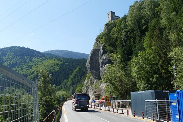 The problematic rock wall of the castle hill below Strečno.
