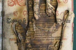 A print of a hand of deceased bishop Štefan Kada, who appeared in Prievidza in 1696.