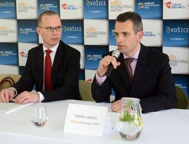 Ján Tóth (ČSA, L) and Tomáš Jančuš (Košice Airport) at a press conference