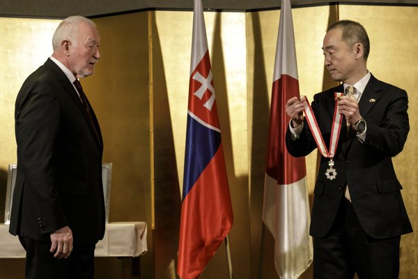 František Šebej (l) receives the award from Japanese Ambassador to Slovakia Jun Shimmi.