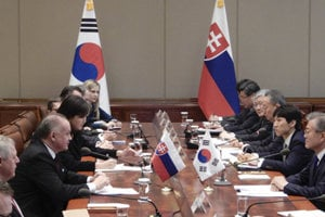 Slovakia's President Andrej Kiska, third from left, and South Korean President Moon Jae-in, right, participate in their meeting at the presidential Blue House in Seoul, South Korea, Tuesday, April 10, 2018. Kiska arrived on Monday for a three-day official visit to South Korea.
