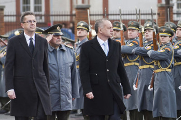 From right to left: former defence minister Martin Glváč with Chief of the General Staff of the Slovak Armed Forces Milan Maxim and President Andrej Kiska.