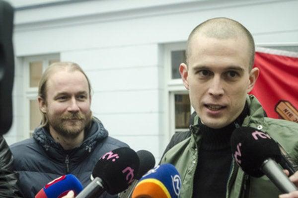 ISU's Vladimír Crmoman (L) and IVU's Jurja Halas talk to media about teachers' and lecturers' strike.