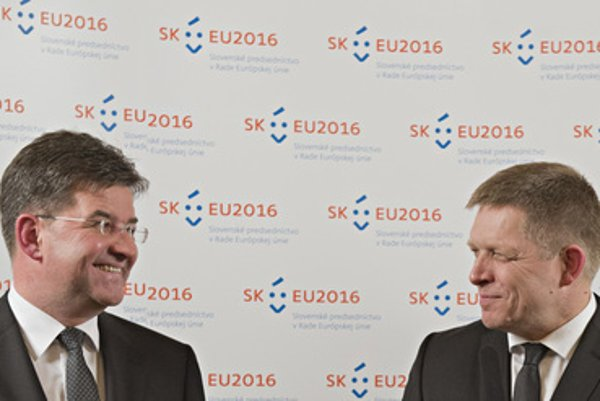 Foreign Minister Lajčák (L) and Prime Minister Robert Fico present the logo of the Slovak EU presidency.