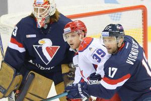 Višňovský (R), Jan Murshak (C, CSKA) and Slovan goalie Barry Brust.